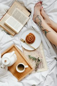 Kaboompics - Books - Coffee - Cinnamon Roll