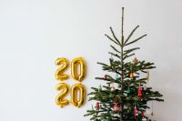 Kaboompics - New Year's Eve - Golden balloons in the shape of the year 2020, Christmas Tree