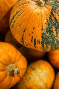 Kaboompics - Close-ups of pumpkins in a wooden box