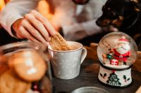 Kaboompics - Drinking coffee with milk and cookies in a holiday mood
