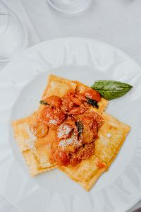 Kaboompics - Ravioli with riccotta, parmesan and tomatoes