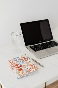 Kaboompics - Laptop - organizer - glass of water & pen on marble table