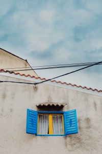 Kaboompics - Yellow window with blue shutters, Rovinj, Croatia