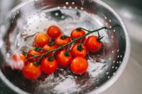 Kaboompics - Washing vegetables in colander