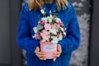 Kaboompics - Lovely flowers in a pink box