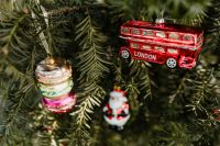 Kaboompics - Christmas bombs in the shape of a red London bus, macaroons and Santa Claus
