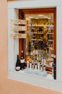 Kaboompics - Exposition of the souvenir shop in Rovinj, Croatia