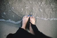 Kaboompics - CLOSEUP OF GIRL'S LEGS AT SEASIDE