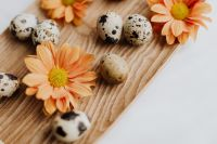 Quail's eggs on a wooden tray