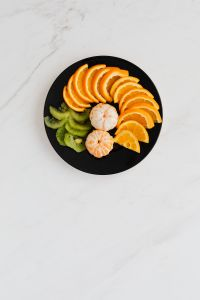 Kaboompics - Plate with fruits: orange, madarine, kiwi.