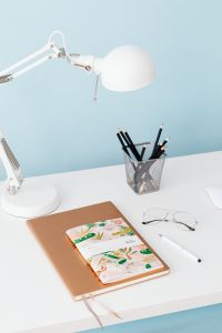 Kaboompics - Desk - notebook - lamp - organizer