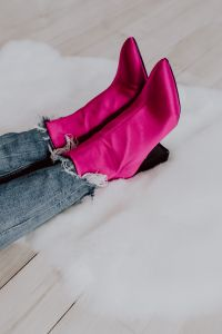 Kaboompics - A woman in pink boots and blue jeans
