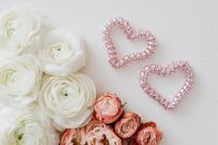 Kaboompics - White buttercups & pink roses - hearts