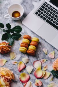 Kaboompics - Macaroons, roses, Macbook, coffee, marble