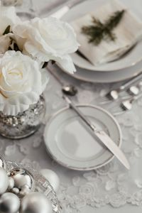 Kaboompics - White flowers on a table with porcelain tableware