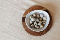 Kaboompics - Quail eggs on wooden plate