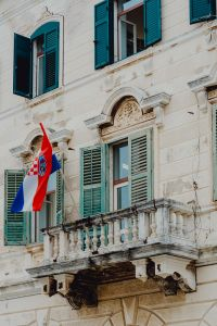 Kaboompics - Old building with balcony, shutters and Croatian flag, Rovinj, Croatia