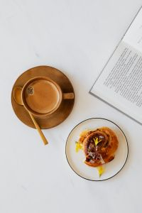 Kaboompics - Coffee - book - cinnamon roll