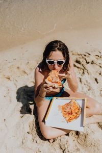 Kaboompics - Pizza on the beach of Sardinia