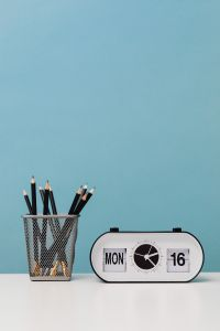 Kaboompics - Clock - pencils - desk
