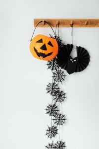 Kaboompics - Halloween decorations on a white wall