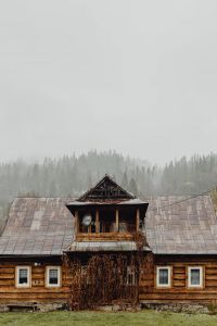 Kaboompics - Old wooden houses in the mountains in autumn