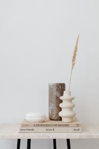 Kaboompics - Marble vase - alabaster - dried grass
