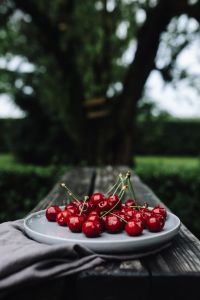 Kaboompics - Fresh Cherries on a simple plate