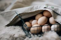 Kaboompics - Wire mesh basket with fresh farm eggs