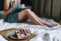 Kaboompics - Beautiful young woman having breakfast in the bed