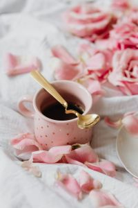 Kaboompics - Pink rosses - Coffee