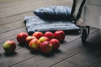 Kaboompics - Red apples on a wooden floor