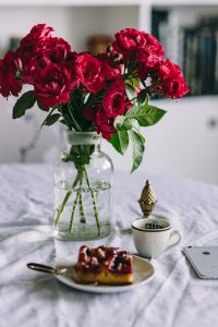 Kaboompics - Red roses, cake nad Apple iPhone 6