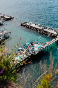 Kaboompics - Pier with umbrellas at the seaside, Sorrento beaches, Italy