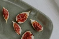 Kaboompics - Bowl of crunchy granola and figs