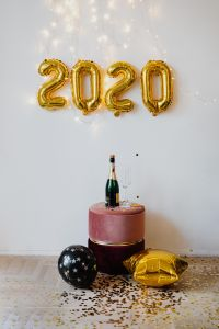 Kaboompics - New Year's Eve - Gold balloons in the shape of 2020, confetti, champagne