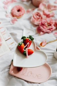 Kaboompics - Strawberries on a plate - Valentine's