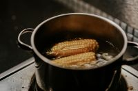 Kaboompics - Corncobs cooked in a pot